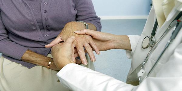 رابطه زانو با انگشتان دست